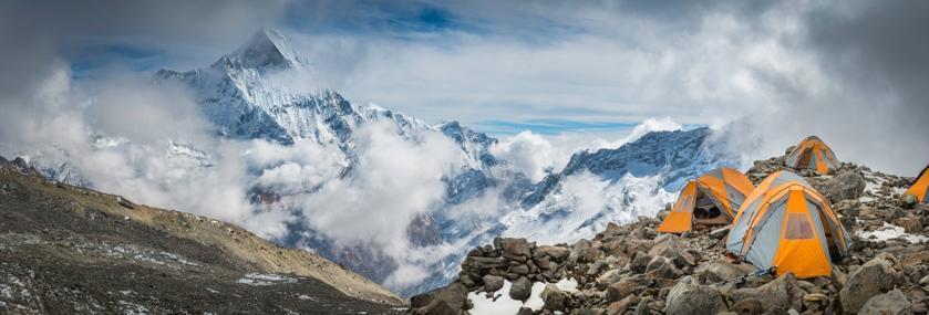 Eine Reihe von Zelten im Himalaja Gebirge.