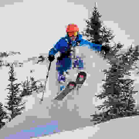Ein Skifahrer fährt in Kanada eine steile Piste hinab.