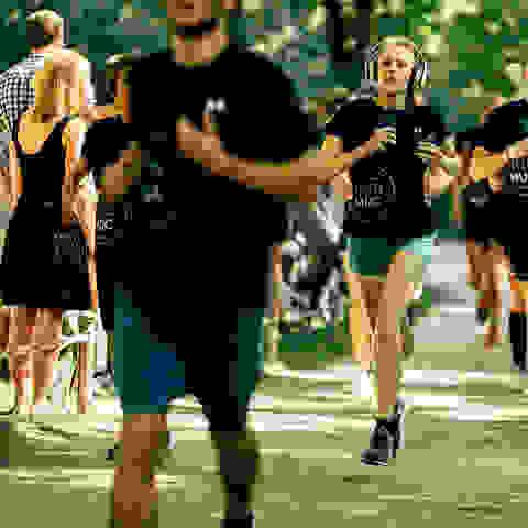 Eine Gruppe Läufer am Start des SportScheck Runs in München