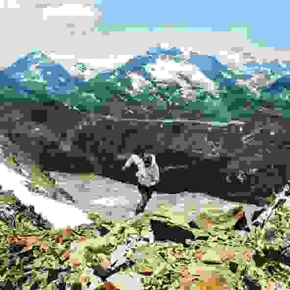 Ein Skyrunner läuft einen Gebirgspfad hinauf.