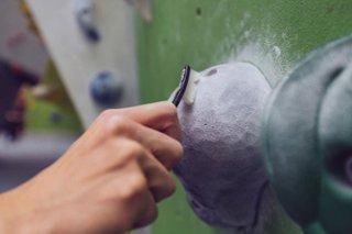 Eine Boulderbürste im Einsatz an einer Boulderwand.