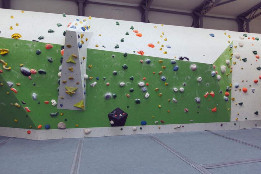Eine Wand in einer Boulderhalle.