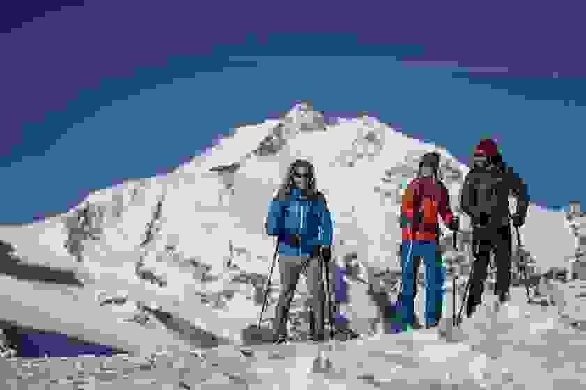 Eine Gruppe von Winterwanderern in einer schönen Schneelandschaft.