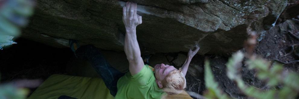 Fabian Schröder beim Outdoor Bouldern