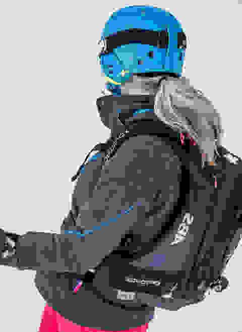 Frau mit ABS Rucksack auf dem Rücken.