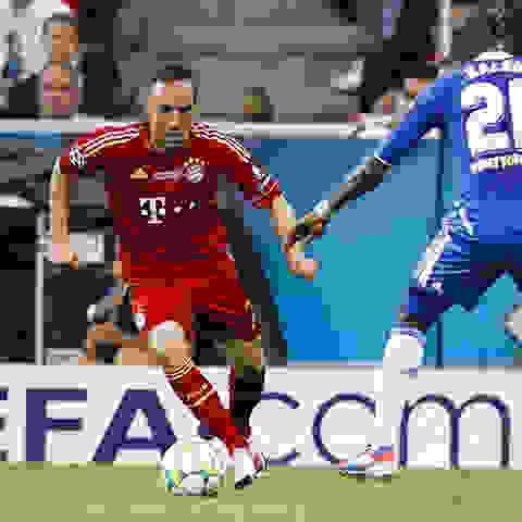 Franck Ribery dribbelt einen gegnerischen Verteidiger aus.