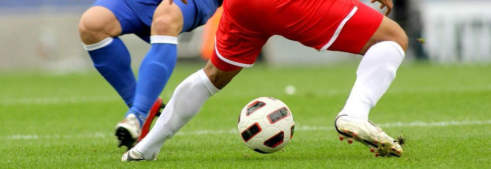 Ein Duell um den Ball. 2 Fußballer kämpfen um den Fußball.