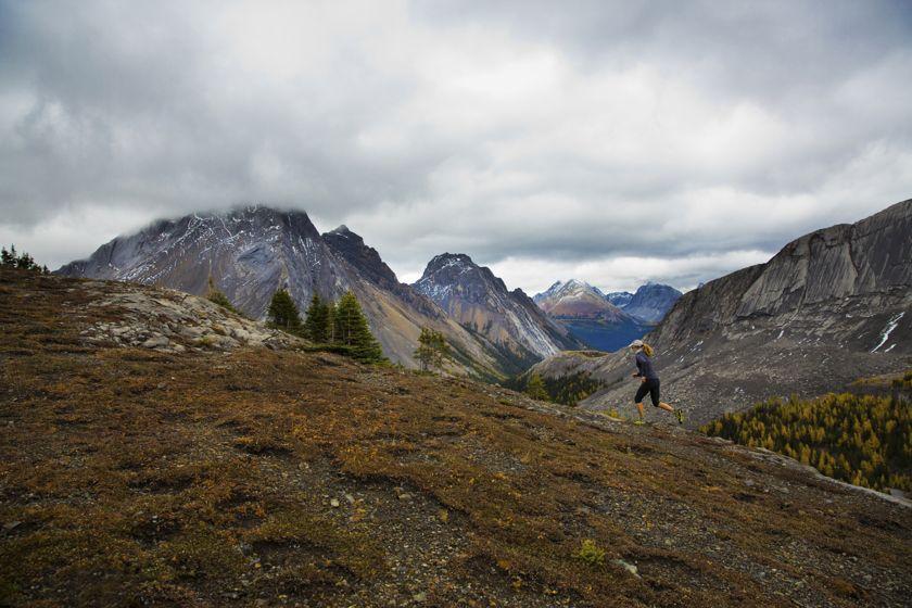 Eine Trailrunnerin läuft auf einem Berg.