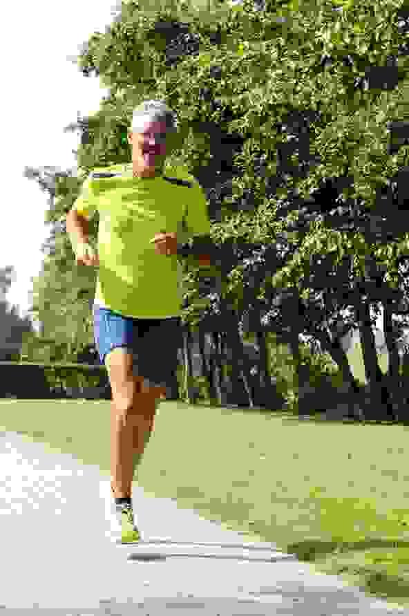 Harry Hüttmann läuft auf einem Fussweg.