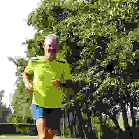 Harry Hüttmann beim Trailrunning in schwarzer Hose und grünem T-Shirt.