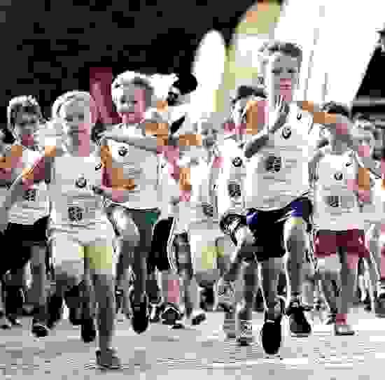 Kinder beim Start eines Stadtlaufs.