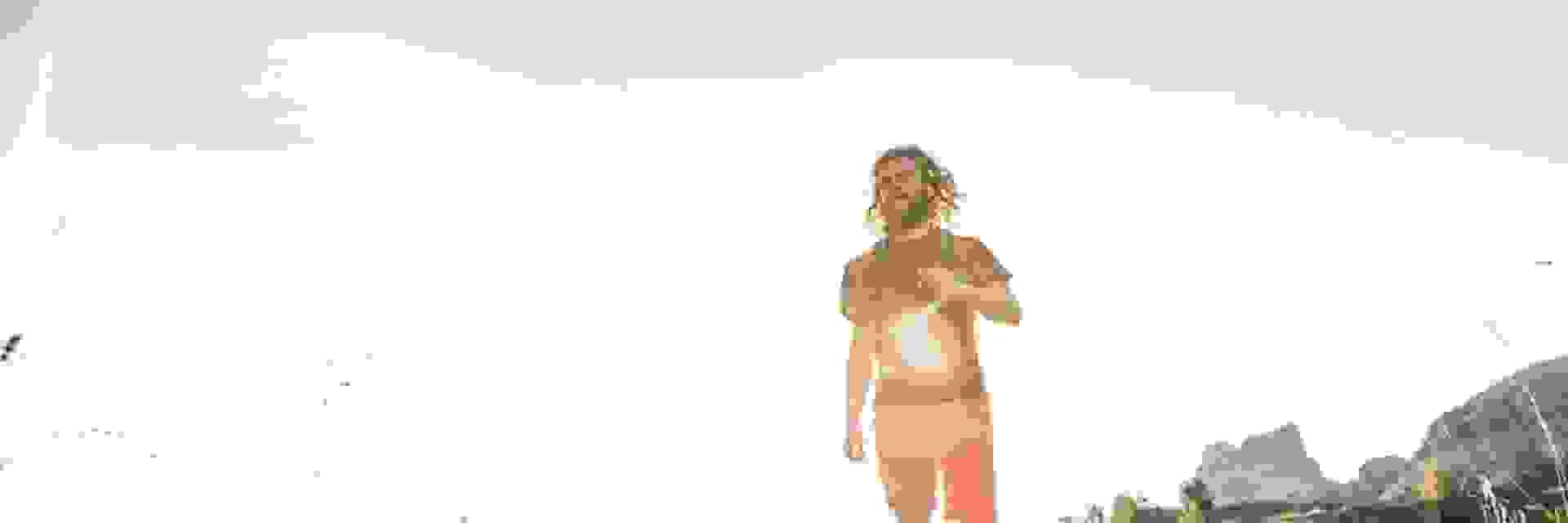 Ein Mann wandert bei großer Hitze durchs Gebirge.