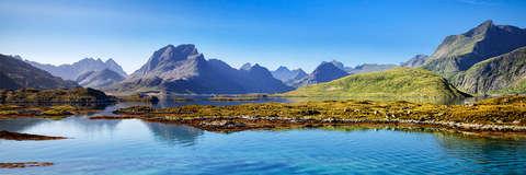 Ein schönes Bergpanorama im Hintergrund vor einer wunderschönen Seenlandschaft.