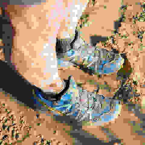 Ein Trailrunner steht nach dem Traillaufen mit den Fußen im Matsch.