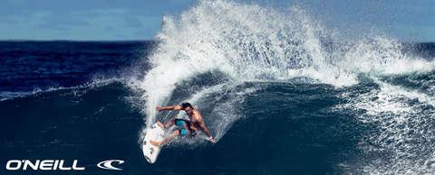 Ein Surfer reitet auf einer hohen Welle. In der linken unteren Ecke ist in weiß das Markenlogo von O´Neill zu sehen.