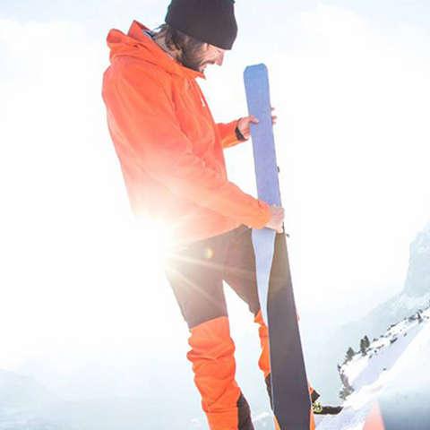 2 Menschen ziehen ihre Skifelle auf und ein Skifell liegt am Boden