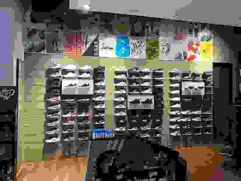 sportscheck bielefeld auswahl an sneaker im eingangsbereich
