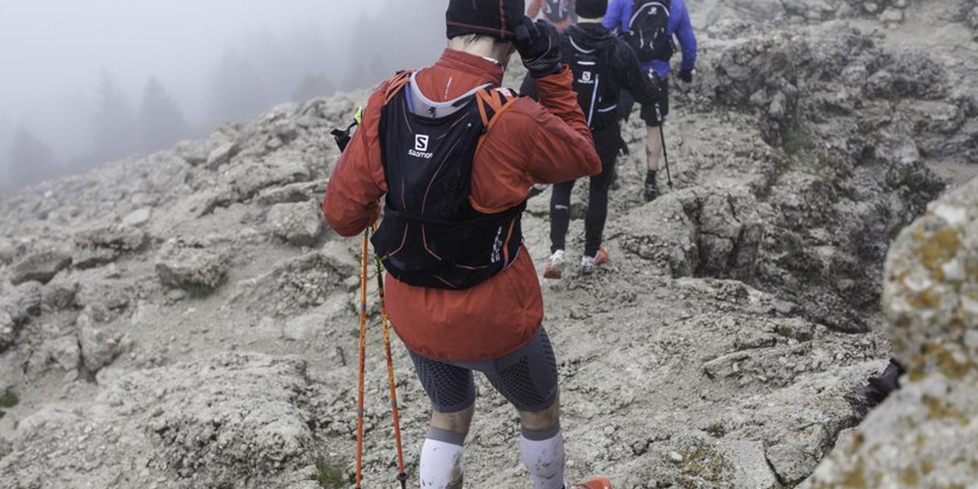 Eine Gruppe Trailrunner läuft im Gebirge