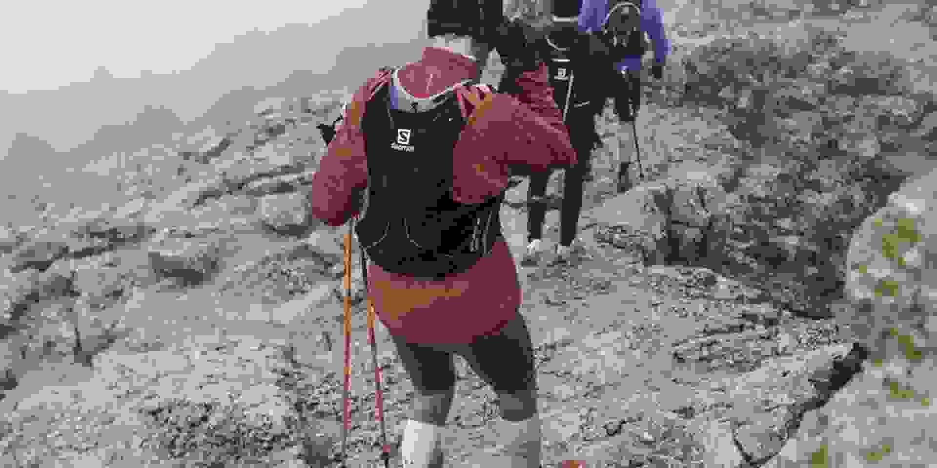 Eine Gruppe Trailrunner läuft über einen anspruchsvollen hochalpinen Trail bergab