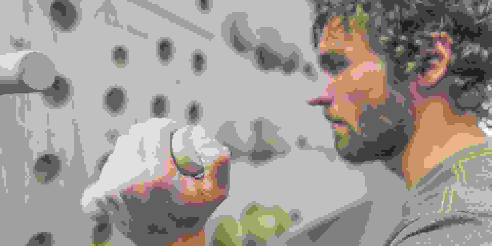 Ein Mann macht Übungen an einem Steckbrett damit er fir fürs Bouldern wird