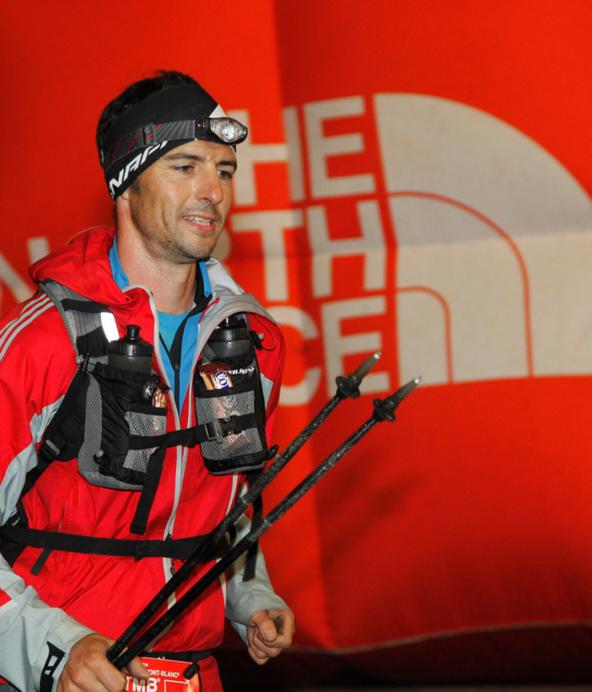 Thomas Reichl beim Trailrunning mit Stöcken in der Hand.