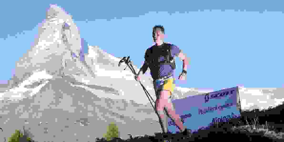 Trailrunner Michael Arend vor einem wunderschönen Bergpanorama.