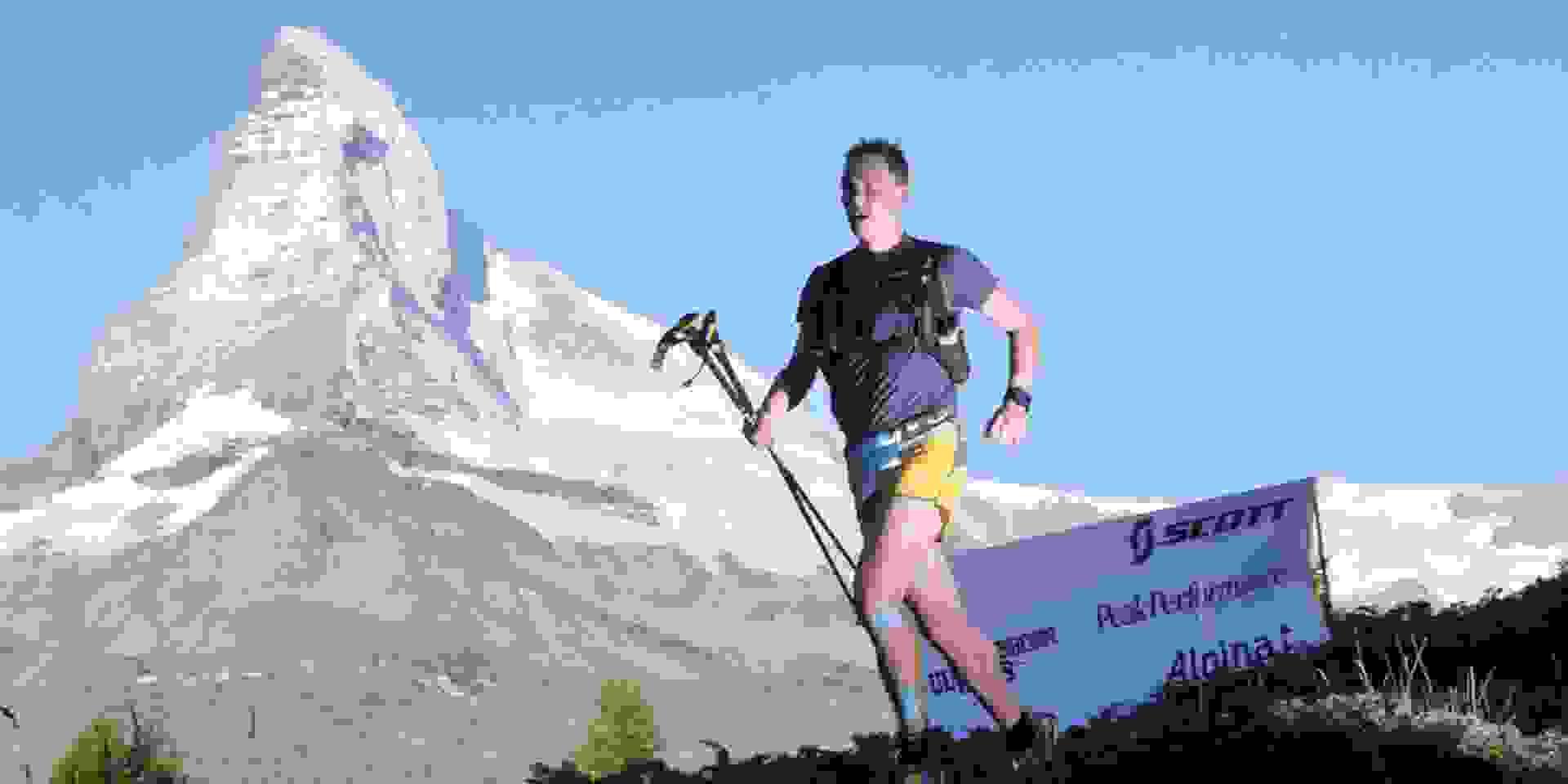 Trailrunner Michael Arend läuft einen Trail mit dem Matterhorn im Hintergrund