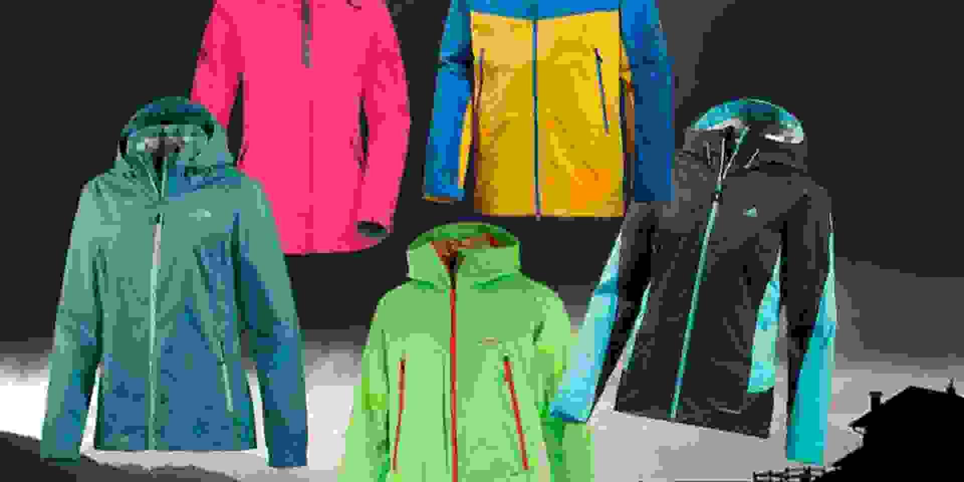 Dargestellt sind 5 verschiedenfarbige Regenjacken von unterschiedlichen Herstellern auf dunklem Hintergrund.