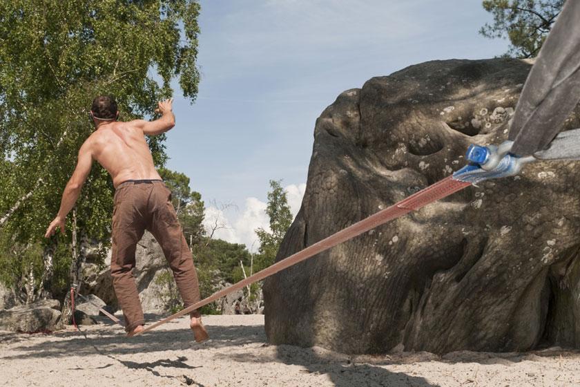 Ein Mann trainiert seine Balance bei einer Übung auf der Slackline.