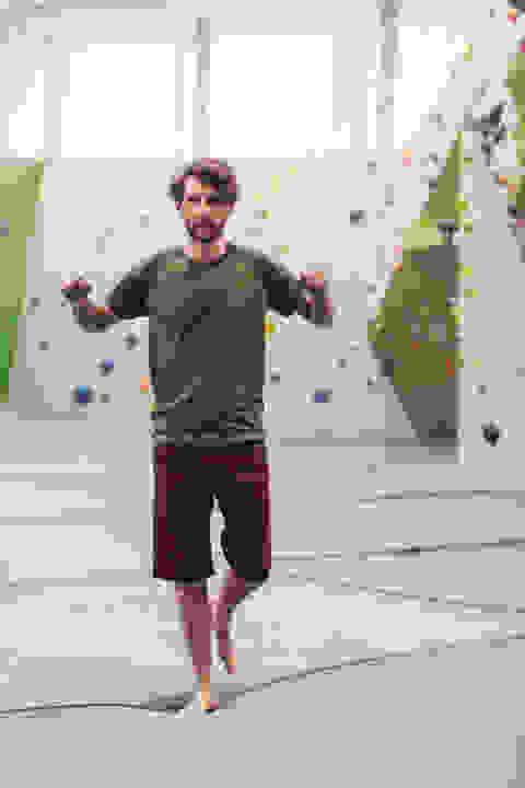 Ein Mann demonstriert die Übung Einbeinstand um die Balance zu optimieren.