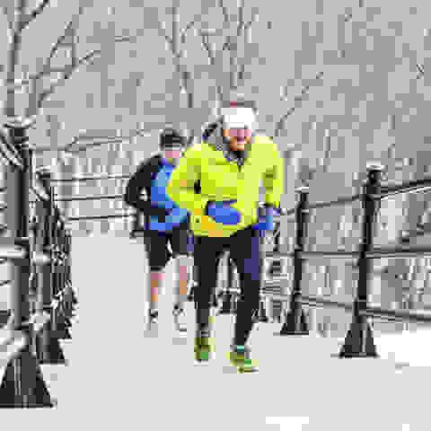 2 Läufer erklimmen während ihres Urban Trails eine lange Treppe.