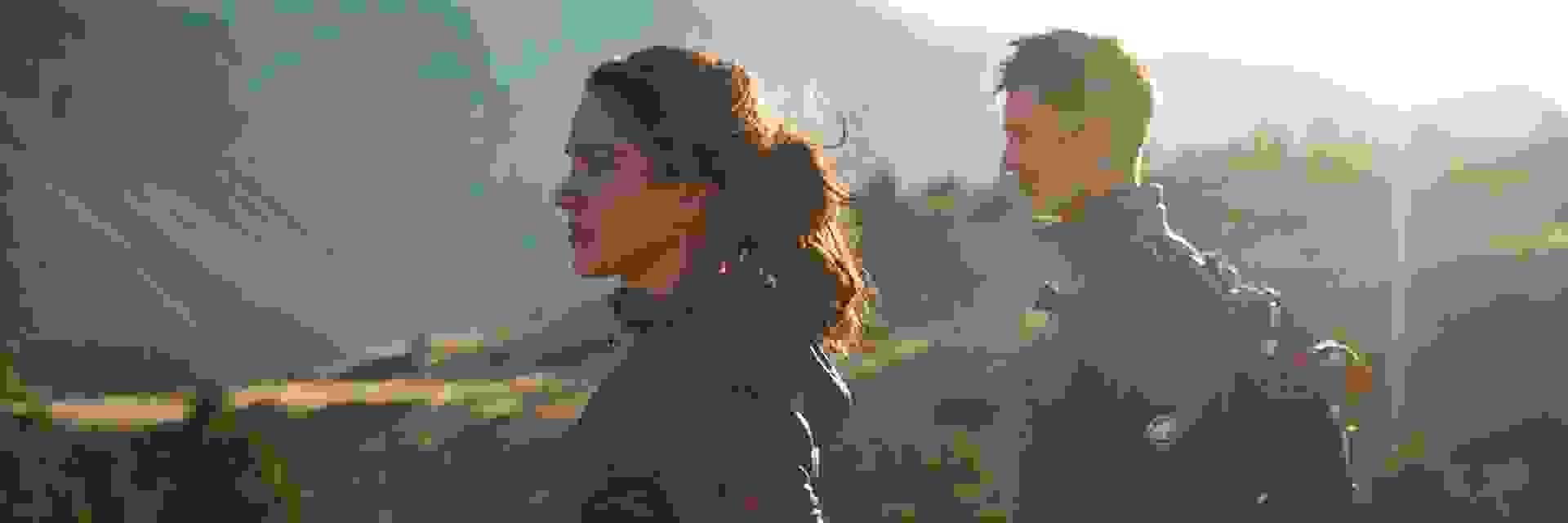 Ein Mann und eine Frau beim Wandern mit der richtigen Wanderausrüstung.
