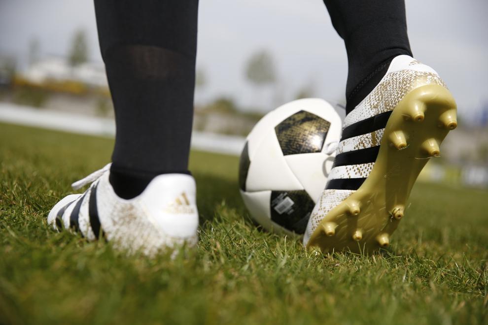 Fußballschuhe Multinockensohle für den Einsatz auf Kunstrasen